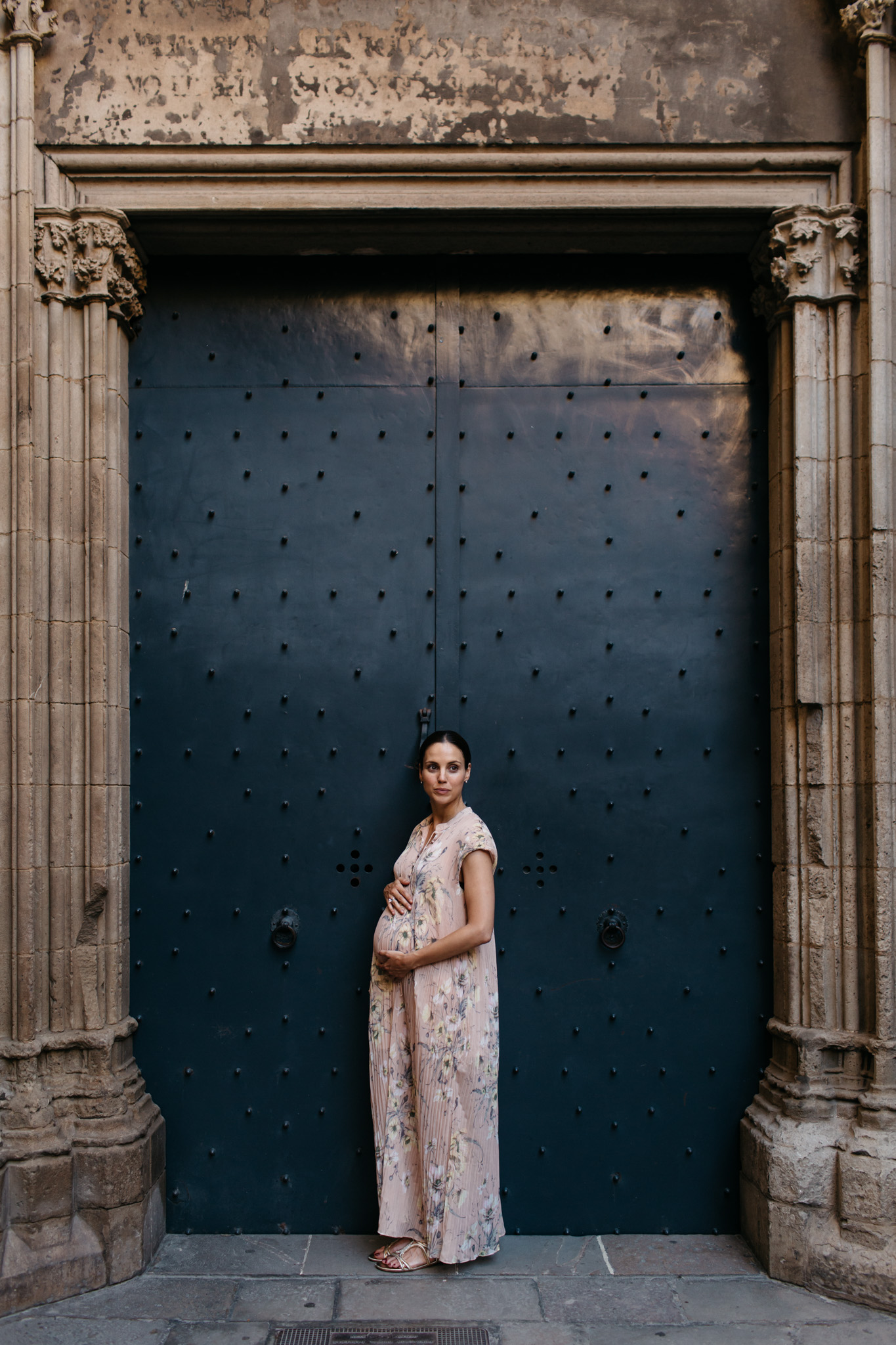 Maternity photoshoot in Barcelona's Gothic Quarter